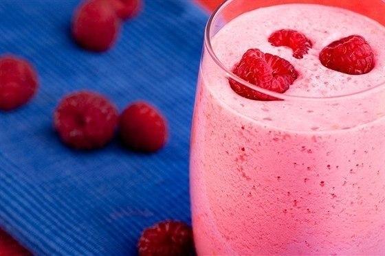 Как сделать молочный коктейль из малины 887