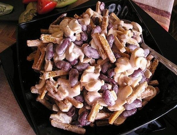 Салат из фасоли и сухариков и колбасы